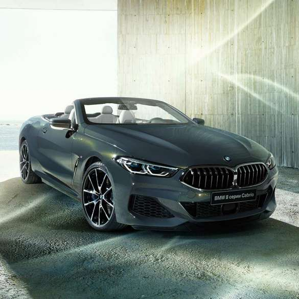 BMW M850i xDrive, металлик Серый Дравит, вид спереди слева с поворотом в три четверти.