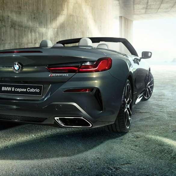 BMW M850i xDrive, металлик Серый Дравит, вид сзади справа с поворотом в три четверти.