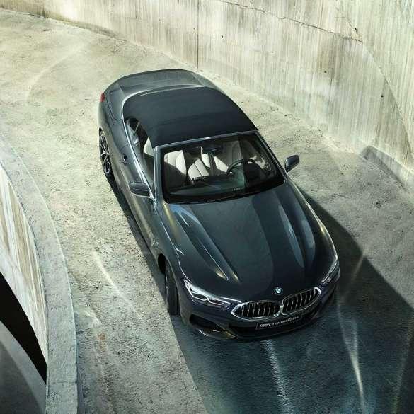 BMW M850i xDrive, металлик Серый Дравит, с мягким верхом черного цвета, вид с высоты птичьего полета.