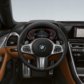BMW M850i xDrive, обтянутое кожей рулевое колесо M с подрулевыми переключателями и расширенным набором функций.