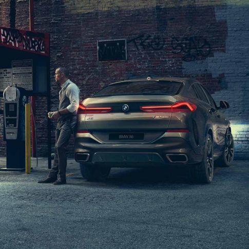 BMW X6, вид сзади на фоне города
