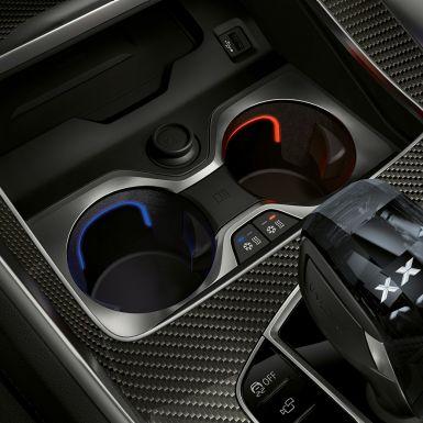Интерьер BMW, крупный план с фокусировкой на подстаканнике с регулировкой температуры