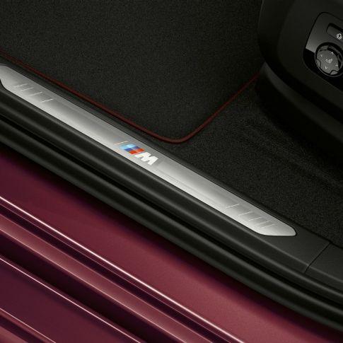 Интерьер BMW X6 Individual с фокусировкой на накладке на дверной порог
