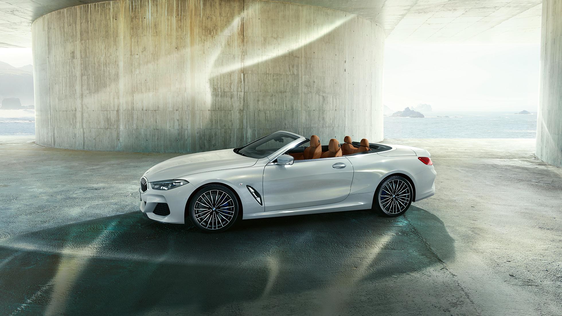 BMW M850i xDrive, металлик Белый Минерал, вид сбоку, мягкий верх опущен.