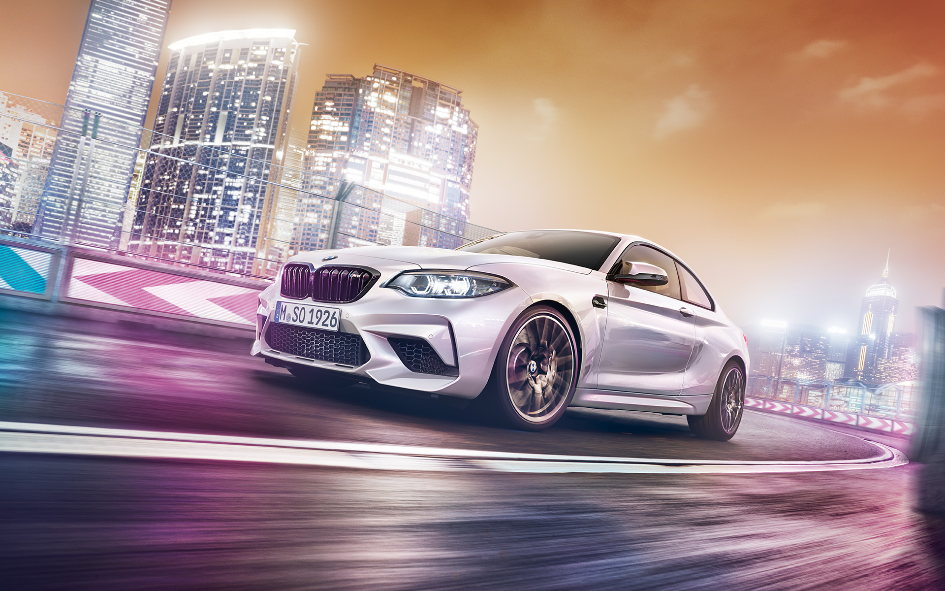 Новый BMW M2 Competition, в движении на трассе, на фоне города, БМВ.