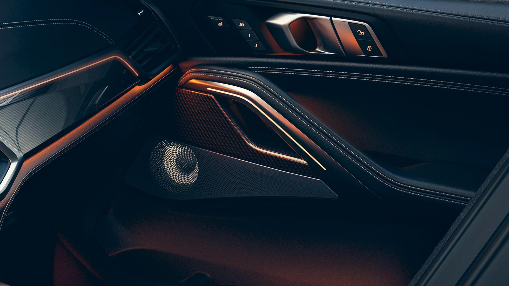 Интерьер BMW, крупный план с фокусировкой на динамике