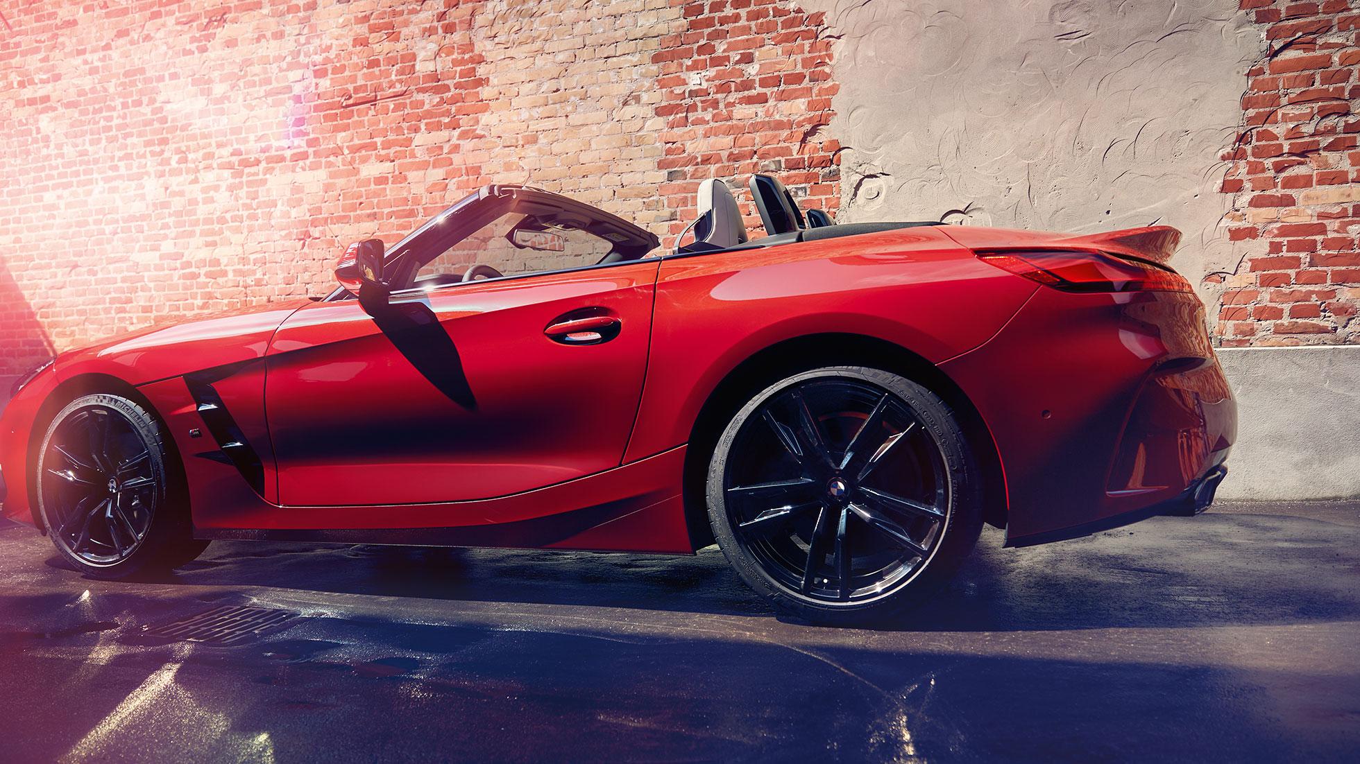 BMW Z4 Roadster, вид сбоку на фоне кирпичной стены
